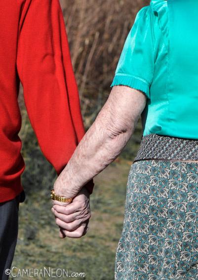 amor, braço, casal, idoso, Inglaterra, mão, mãos dadas, passeio, street photography, Winchester